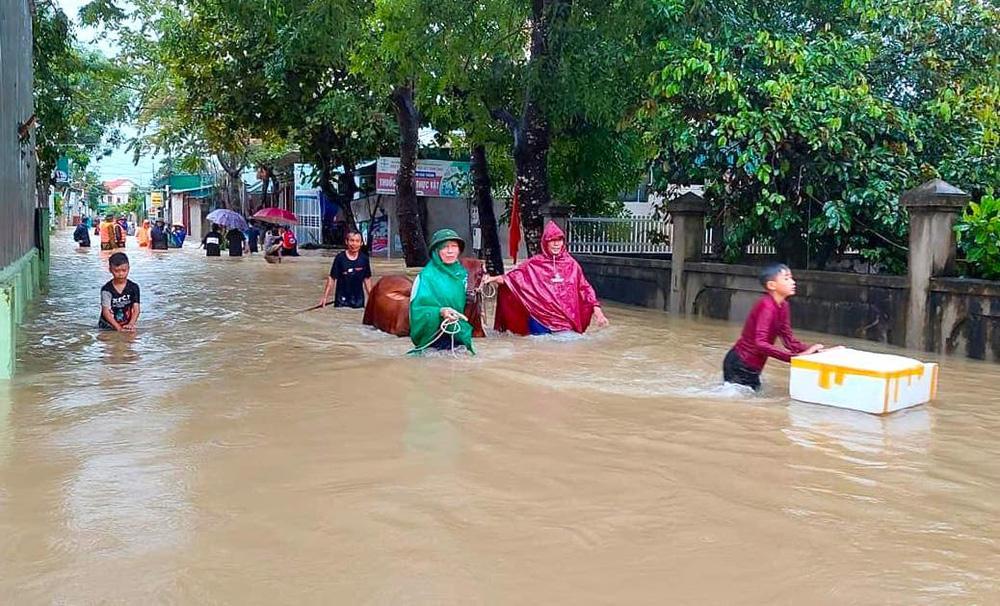 Thủy điện và hồ đập xả lũ, nhà dân ở Nghệ An ngập sâu trong nước-3