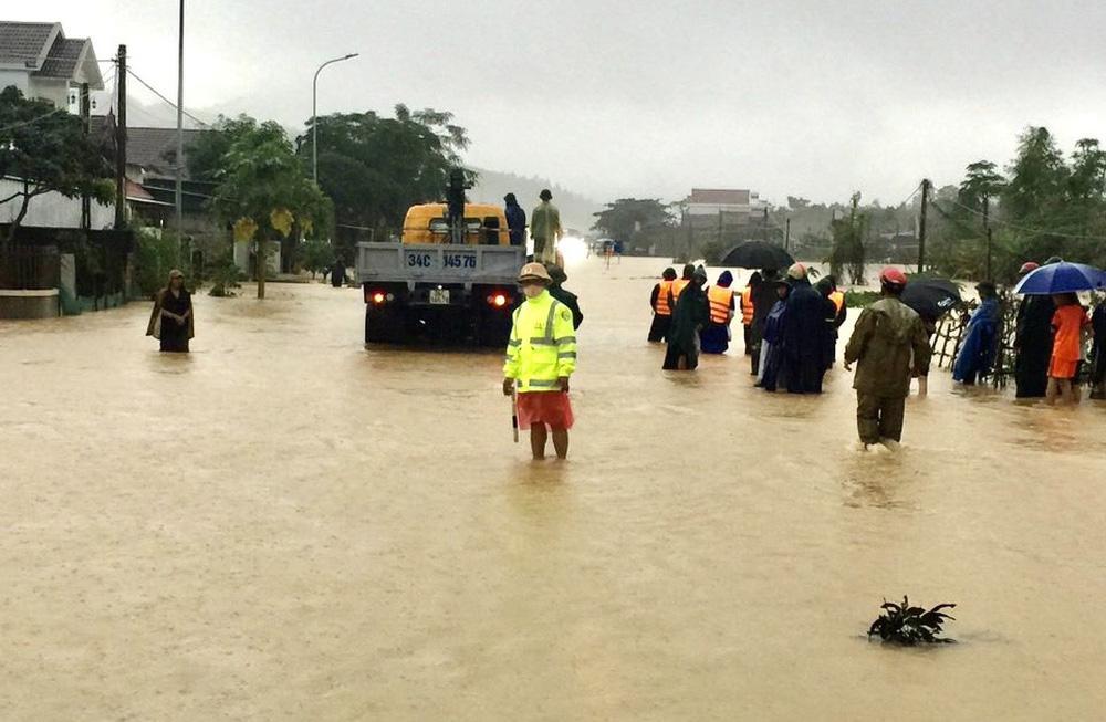 Thủy điện và hồ đập xả lũ, nhà dân ở Nghệ An ngập sâu trong nước-18