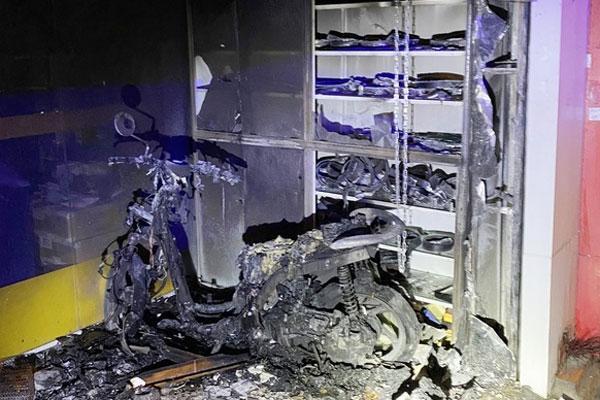 Cảnh sát phá cửa cứu 2 vợ chồng thoát khỏi đám cháy ở TP.HCM-1