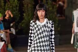Phương Oanh trình diễn ở Tuần lễ thời trang Milan