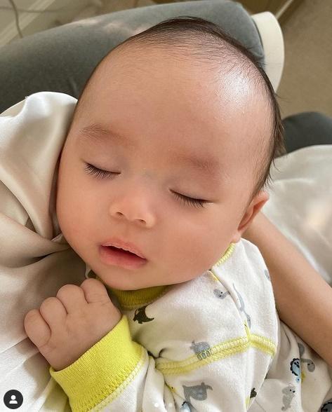 Con trai thứ hai của Phạm Hương có đặc điểm giống anh cả như lột-1