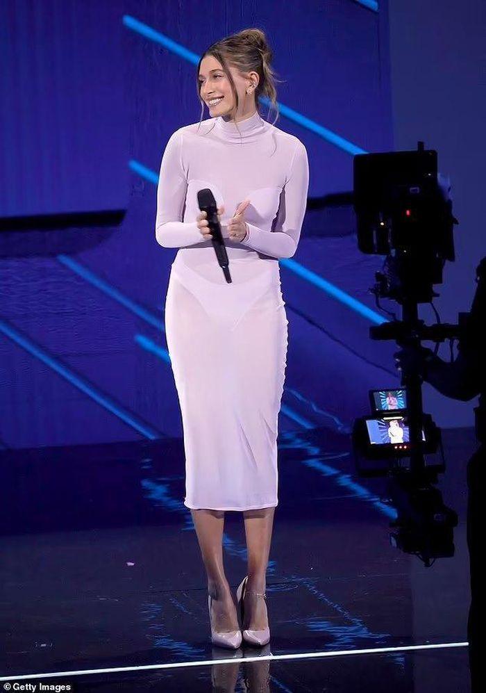 Váy khỏa thân được sao quốc tế chuộng hậu giãn cách-12