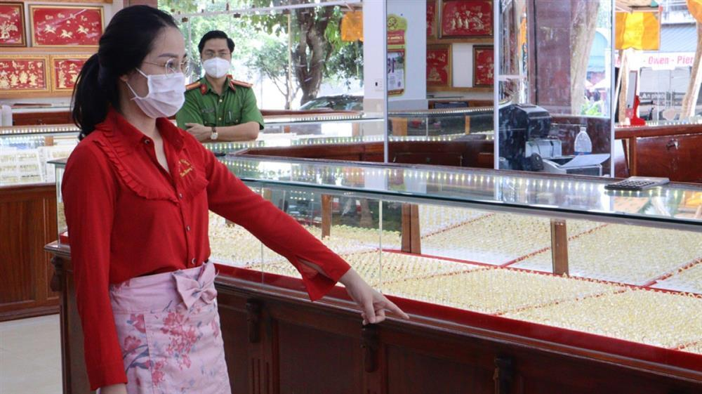 Nữ nhân viên trộm nhẫn vàng ở Bình Phước bị khởi tố-1