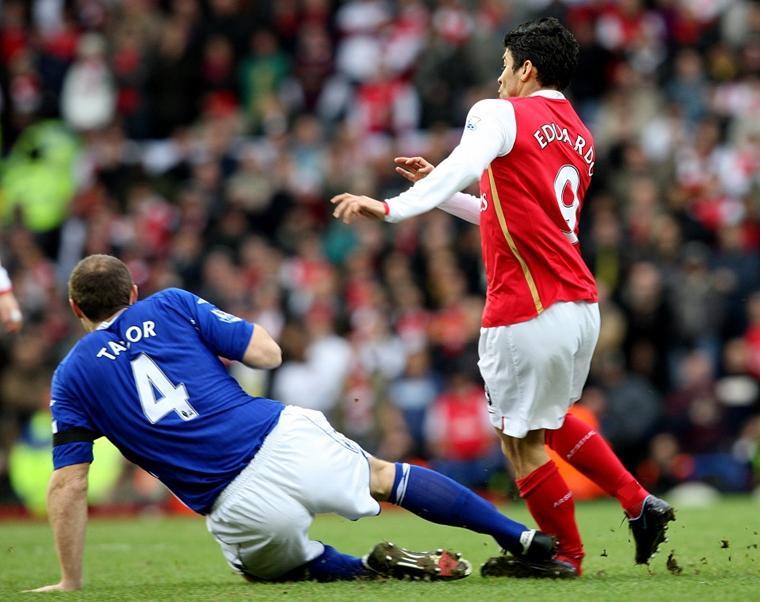 Tai nạn bóng đá: Chân tay biến dạng, xương đâm ra khỏi thịt-4