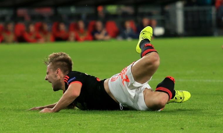 Tai nạn bóng đá: Chân tay biến dạng, xương đâm ra khỏi thịt-5