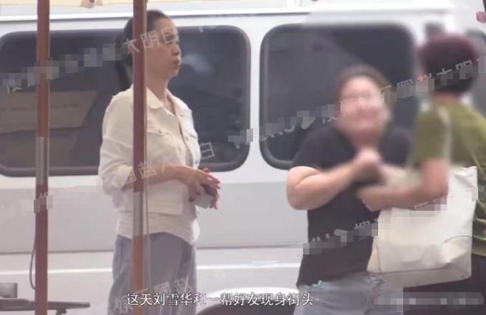 Lưu Tuyết Hoa: Tuổi già nghiện thuốc lá, bầu bạn với chó cưng-1