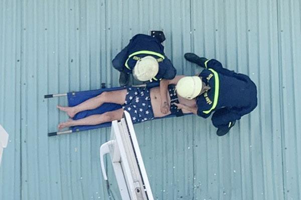 TP.HCM: Người đàn ông rơi từ lầu 4 xuống mái tôn nhà dân-1