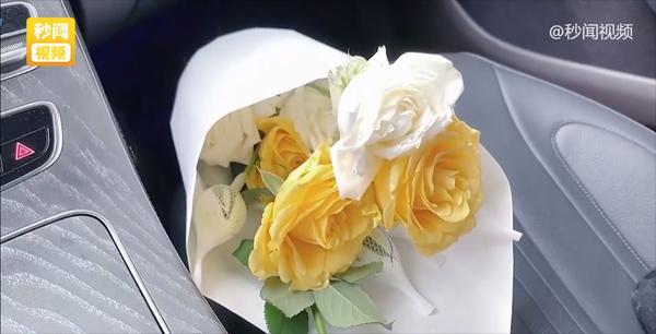Bạn trai người ta mua hoa tặng người yêu chất đầy tủ lạnh, cắm cả bồn cầu-1