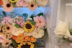 'Bạn trai người ta' mua hoa tặng người yêu chất đầy tủ lạnh, cắm cả bồn cầu