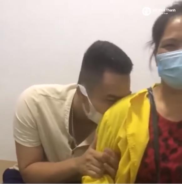 Chồng trốn sau lưng mẹ, co rúm khóc òa khi thấy vợ phải đẻ-1