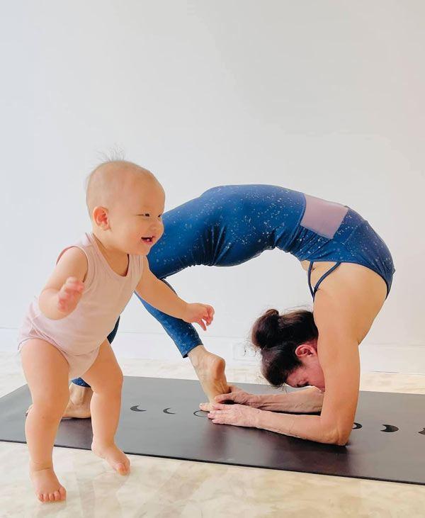 Mẹ Hà Hồ tập yoga, khoe body tuổi 64 bên 2 cháu Leon Subeo-2