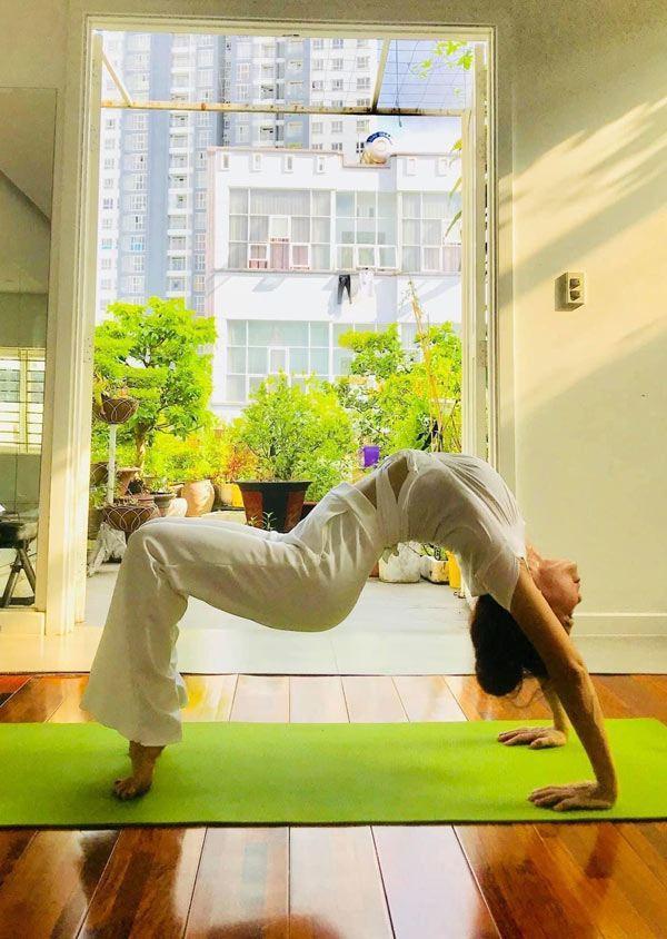 Mẹ Hà Hồ tập yoga, khoe body tuổi 64 bên 2 cháu Leon Subeo-6