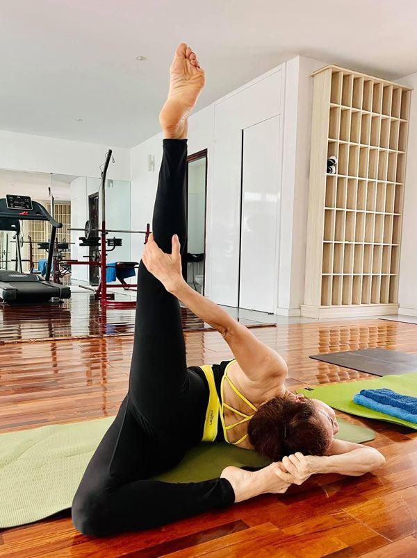 Mẹ Hà Hồ tập yoga, khoe body tuổi 64 bên 2 cháu Leon Subeo-7