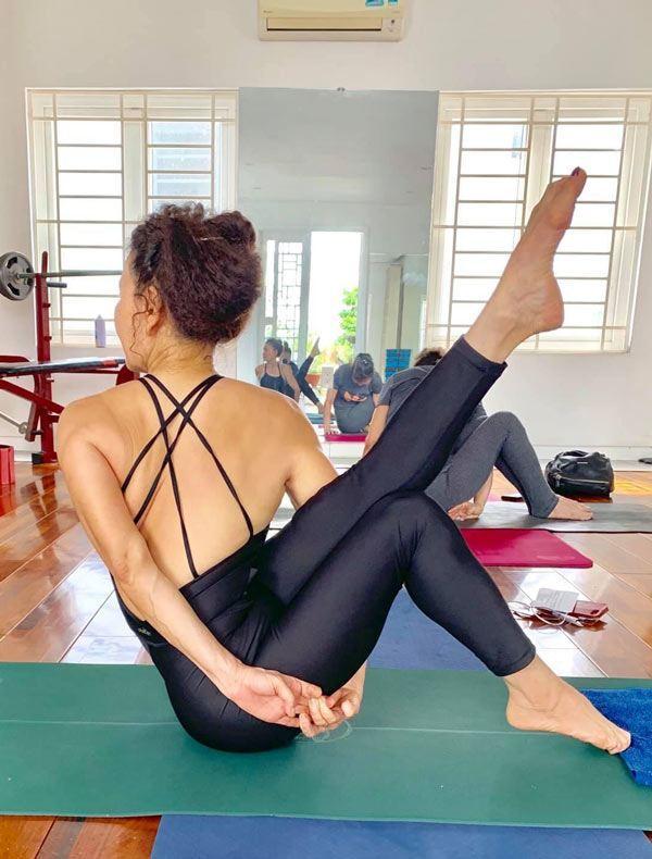 Mẹ Hà Hồ tập yoga, khoe body tuổi 64 bên 2 cháu Leon Subeo-9