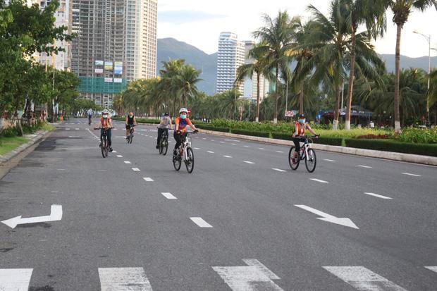 Người dân Đà Nẵng được tắm biển... hoạt động trở lại từ 0h ngày 30/9-2