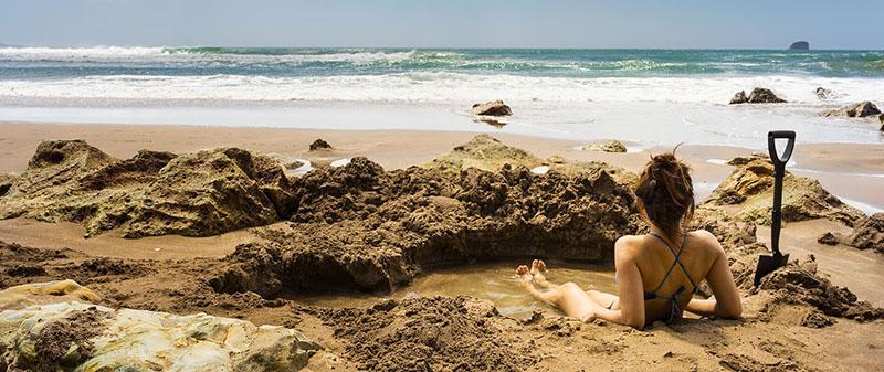 Bãi biển kỳ lạ, du khách đào hố ngâm nước nóng ngay trên bờ-1