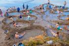 Bãi biển kỳ lạ, du khách đào hố ngâm nước nóng ngay trên bờ