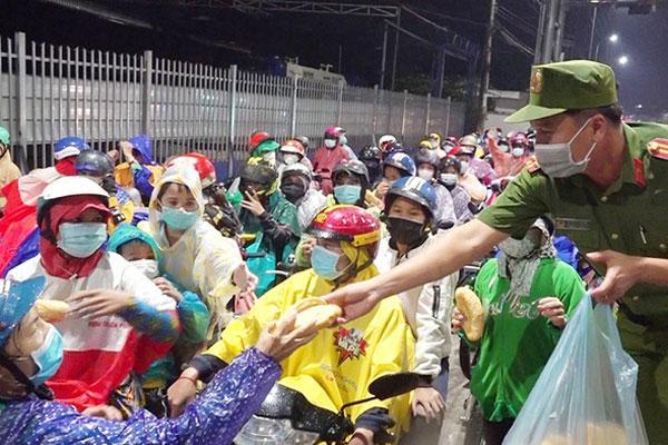An Giang vỡ trận vì trên 3.000 người chạy xe máy về quê-1