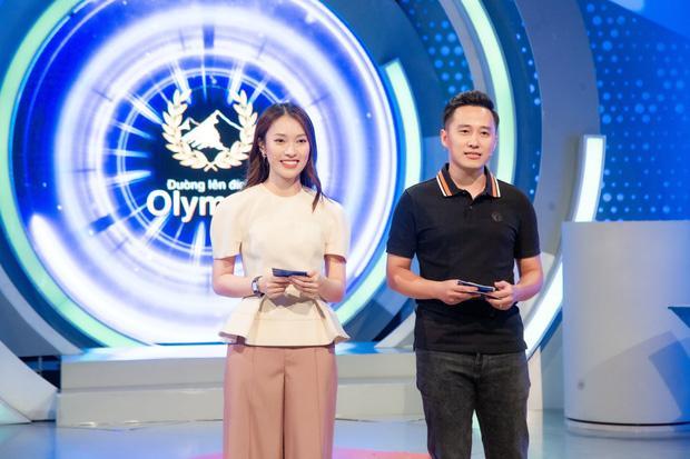 Bí ẩn tờ giấy Khánh Vy cầm khi làm MC Đường Lên Đỉnh Olympia-1