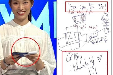 Bí ẩn tờ giấy Khánh Vy cầm khi làm MC 'Đường Lên Đỉnh Olympia'