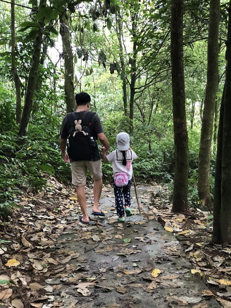 Mắc kẹt ở Mộc Châu, gia đình Hà Nội cuốc đất làm vườn, trèo đèo lội suối-3