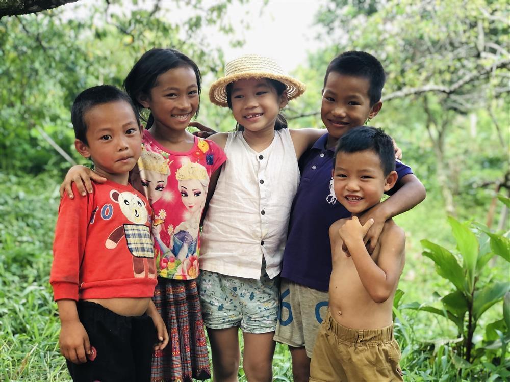 Mắc kẹt ở Mộc Châu, gia đình Hà Nội cuốc đất làm vườn, trèo đèo lội suối-13