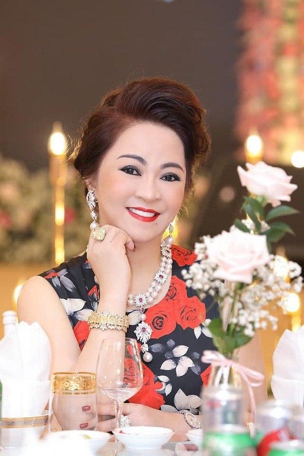 Dây chuyền của bà Phương Hằng giống món đồ Hoàng gia?-1