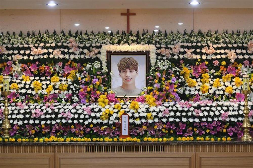 Ca sĩ Mỹ dùng ảnh đám tang của Jonghyun (SHINee) để quảng bá-3