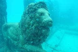 Sửng sốt đài tưởng niệm ma mị nằm dưới đáy đại dương