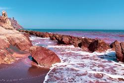 Hormuz: Hòn đảo có bãi biển màu ruby độc đáo