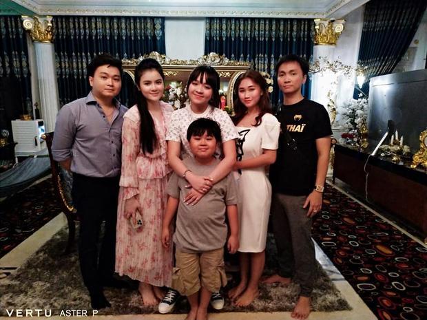Danh tính gái đẹp chiếm spotlight trên livestream bà Phương Hằng-3