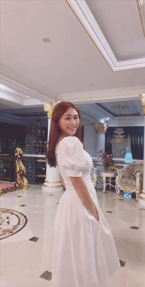 Danh tính gái đẹp chiếm spotlight trên livestream bà Phương Hằng-4