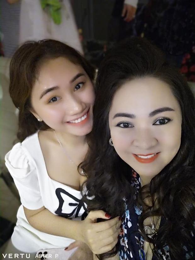 Danh tính gái đẹp chiếm spotlight trên livestream bà Phương Hằng-2