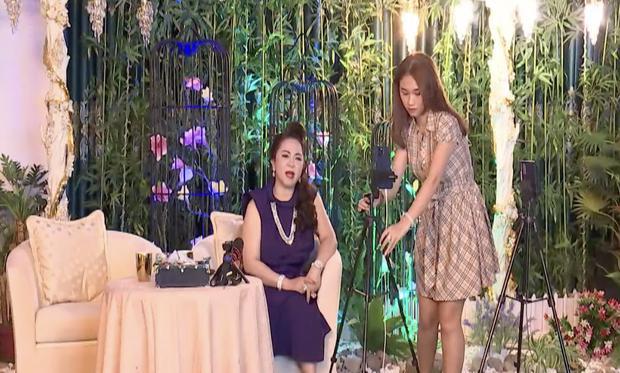 Danh tính gái đẹp chiếm spotlight trên livestream bà Phương Hằng-1
