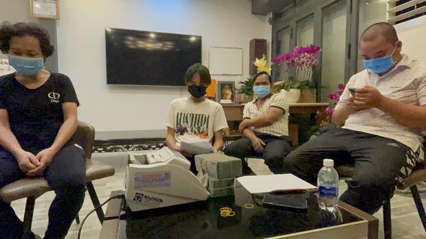 2 mẹ con Hồ Văn Cường chỉ mặc 1 cái áo trong suốt 10 ngày-4