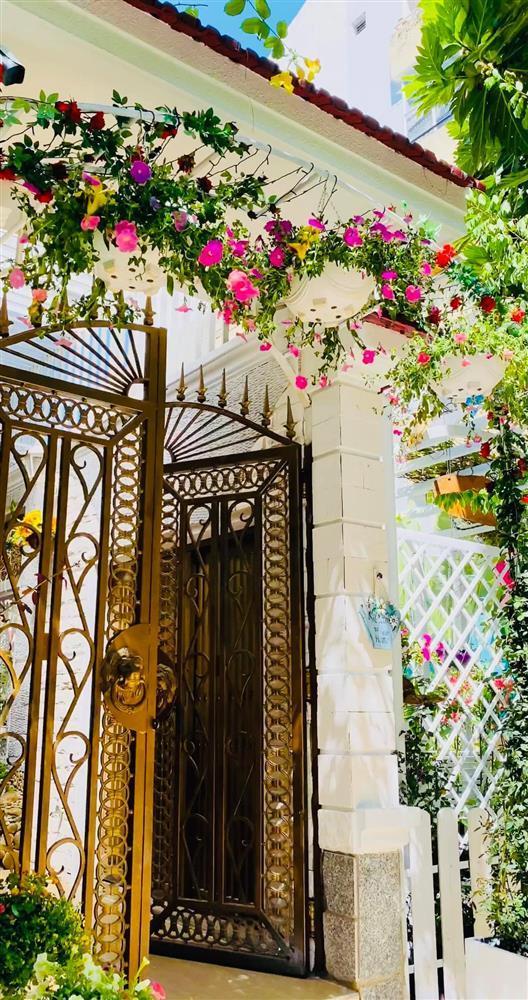 Vy Oanh khoe cận cảnh biệt thự ngập sắc hoa chồng tặng-5
