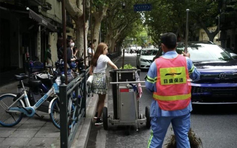 Cô gái vứt rau để lấy túi giấy Prada gây tranh cãi ở Trung Quốc-2