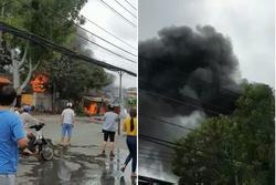 Cửa hàng đồ điện ở TP.HCM cháy như biển lửa