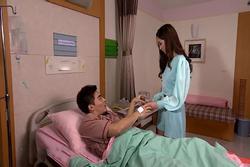 Chồng ngoại tình bị lây bệnh, sắp chết mới lê lết về cầu cứu vợ cũ
