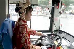 Đám cưới siêu đặc biệt: Cô dâu lái xe buýt đón chú rể và người thân