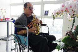 Nghệ sĩ Trần Mạnh Tuấn luyện thổi saxophone trong bệnh viện