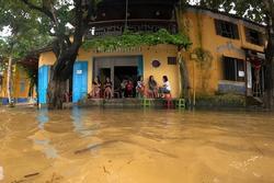 Đau lòng Hội An: Phố cổ chìm trong nước lũ
