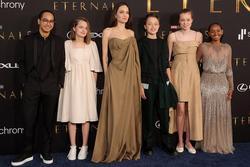 Angelina Jolie khoe vòng 1 'cháy khét lẹt', con gái diện lại váy mẹ