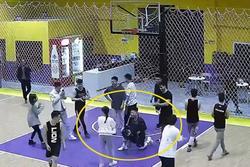 Mời crush đến xem bóng rổ, chàng trai bất ngờ vật xuống sàn