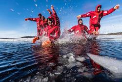 Hút du khách với tour trải nghiệm bơi cùng băng giữa biển