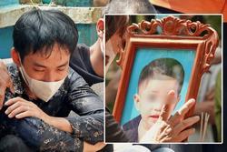 Đám tang bé trai mất tích: Người cha khóc ngất 'sáng còn đùa với con'