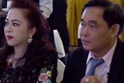Thần thái thay đổi đột ngột của bà Hằng khi ngồi cạnh chồng