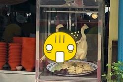 Đi mua gà luộc, anh chàng mém xỉu khi nhìn tư thế con gà