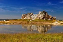 Ngôi nhà bị kẹp giữa 2 phiến đá khổng lồ, lý do ai cũng kinh ngạc