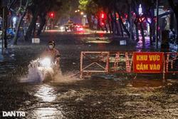 Trung tâm TPHCM ngập sâu do mưa lớn và triều cường, nhiều xe sang chết máy